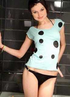 Симпатичная голая девушка в душе - фото #
