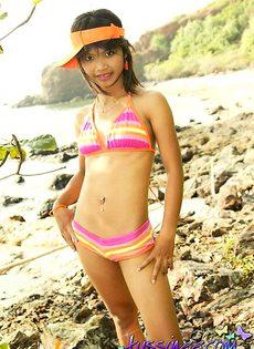 Азиатка в разноцветном купальнике - фото #