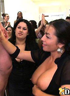 Девушки сосут у негра - фото #