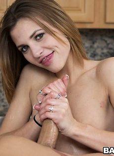 Девушку трахают между её маленьких сисек - фото #