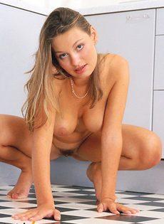 Девушка с классной грудью облизывает самотык - фото #