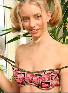 Молоденькая блондинка выставляет свою попку - фото #