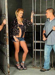 Блондинку оттрахали в два члена - фото #