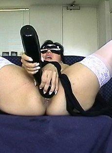 Девушке суют биту в вагину - фото #
