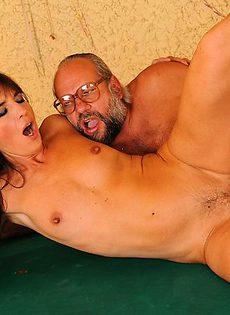Дед трахнул девушку на бильярдном столе - фото #