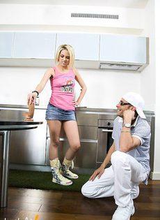 Мужик трахнул блондинку на кухне - фото #
