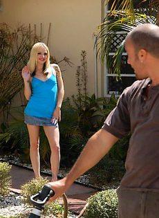 Мужик трахает блондинку в наколках - фото #
