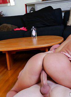 Присаживается вагинальной дыркой на бугристый писюн - фото #