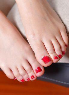 У молоденькой брюнетки красивые длинные ножки - фото #