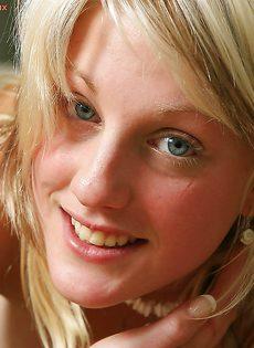 Аппетитная блондинка продемонстрировала глубокое влагалище - фото #