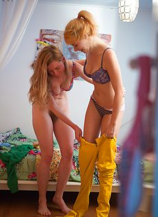 Молодки с волосатыми кисками примеряют на себя одежду - фото #