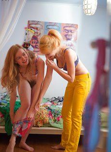 Молодки с волосатыми кисками примеряют на себя одежду - фото #11