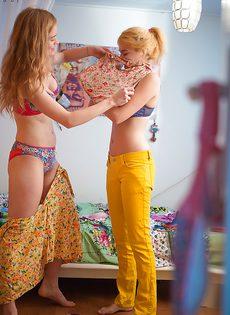Молодки с волосатыми кисками примеряют на себя одежду - фото #13