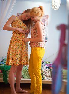 Молодки с волосатыми кисками примеряют на себя одежду - фото #15