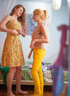 Молодки с волосатыми кисками примеряют на себя одежду - фото #16