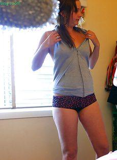 Молоденькая деваха переодевается перед скрытой камерой - фото #