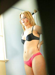 Скрытая камера сняла переодевание молоденькой блондинки - фото #