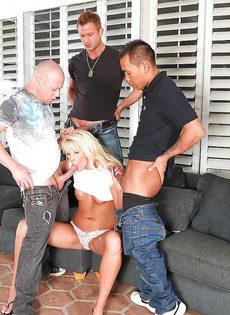 Симпатичная блондинка развлекается с тремя большими членами - фото #