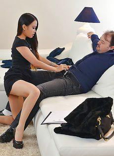 Молодая азиатка стонет во время анального сношения - фото #