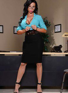 Секретарша с очень большими сиськами и большой попочкой - фото #