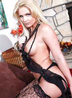 Светловолосая блондинка в кружевных чулках черного цвета - фото #