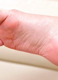 Сексуальные девчата ножками трогают письки друг дружки - фото #