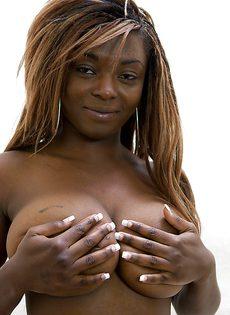 Чернокожая потаскушка с большими натуральными дойками - фото #