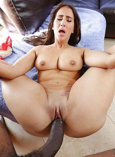 Огромнейший черный пенис проник во влагалище латинки Valerie Kay - фото #