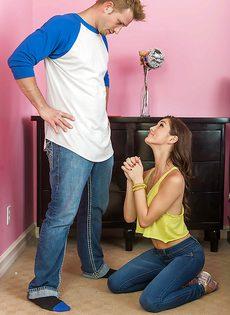 Перед сексом порвал молоденькой подружке джинсы - фото #