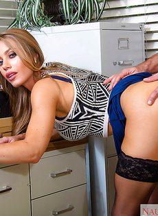 Преподавательницу в чулочках мускулистый чувак прет в киску - фото #