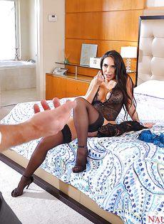 На свои красивые ножки брюнетка надела черные чулочки - фото #