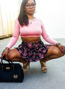 Негритянка в публичном месте показала большую попочку - фото #