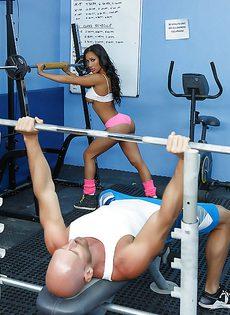 Сногсшибательная девица Amia Riley трахнулась с лысым парнем в спортзале - фото #