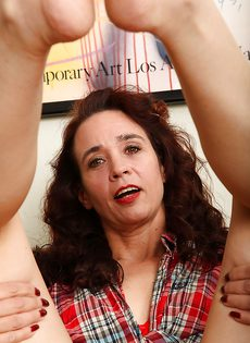 Женщина разделась и продемонстрировала мохнатую щелочку - фото #