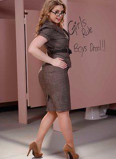 В общественном туалете гламурная секретарша раздевается - фото #