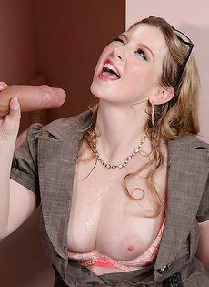 Огромный пенис девица в чулочках отполировала в туалете - фото #