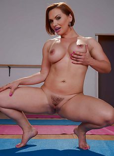 Сучка с большими сиськами и интимной стрижкой на лобке - фото #
