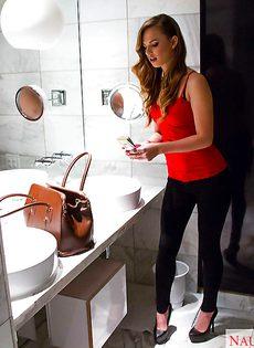 В туалете девица показывает свое новое нижнее белье - фото #