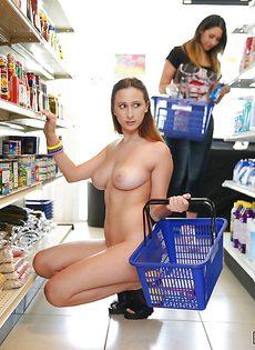Девица с большими сиськами покупает продукты совершенно голой - фото #