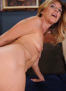 Немолодая чертовка надрачивает клитор - фото #