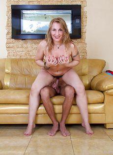Молодой парень и женщина с волосатой промежностью - фото #