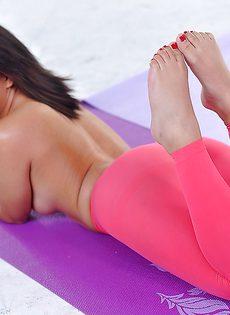 У латиноамериканской красавицы аппетитная задница - фото #