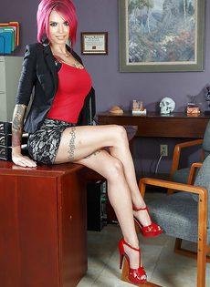 Шикарные сиськи большого размера татуированной телки - фото #