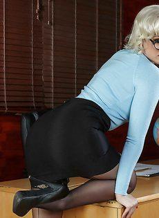 Гламурная аппетитная блондинка в офисе по мастурбировала анал - фото #