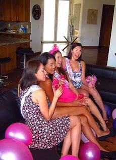 Привлекательные тайские девушки трахнулись с европейцем - фото #1