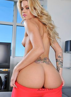 Сногсшибательная блондинка Джесса занимается демонстрацией тела - фото #