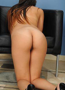Шаловливая голенькая брюнетка с маленькими сиськами - фото #