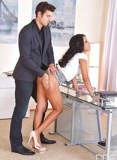 Развратничает с гламурной секретаршей в кабинете - фото #