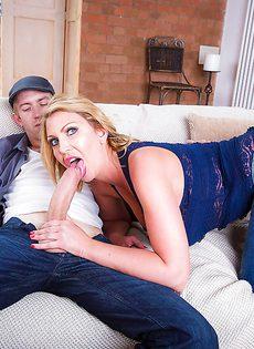 Тетка с огромными дойками жадно сосет пенис - фото #