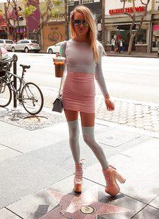 Девица разгуливает по городу в салатовых трусиках - фото #